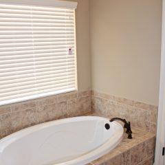 101 Arrowhead Way bath tub